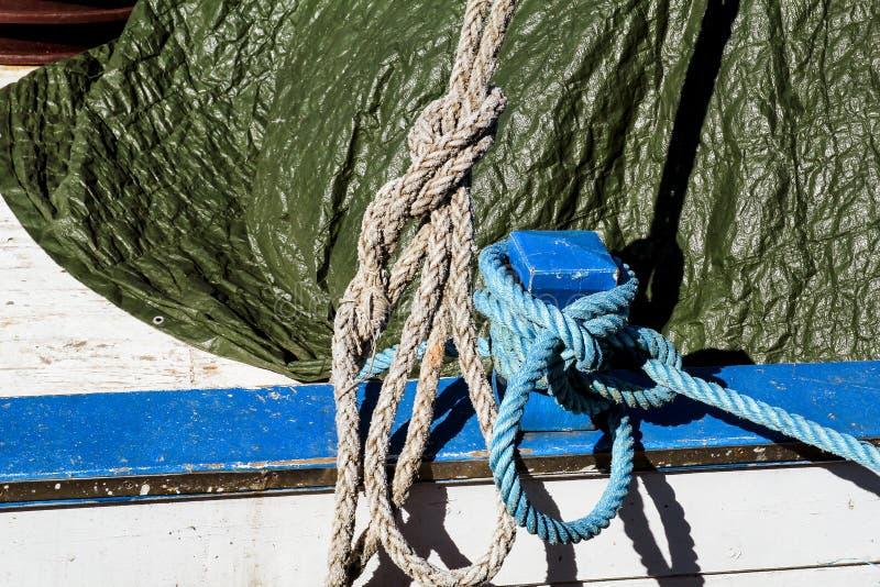 Mały błękitny cleat z błękitną i białą arkaną dla łodzi obraz royalty free