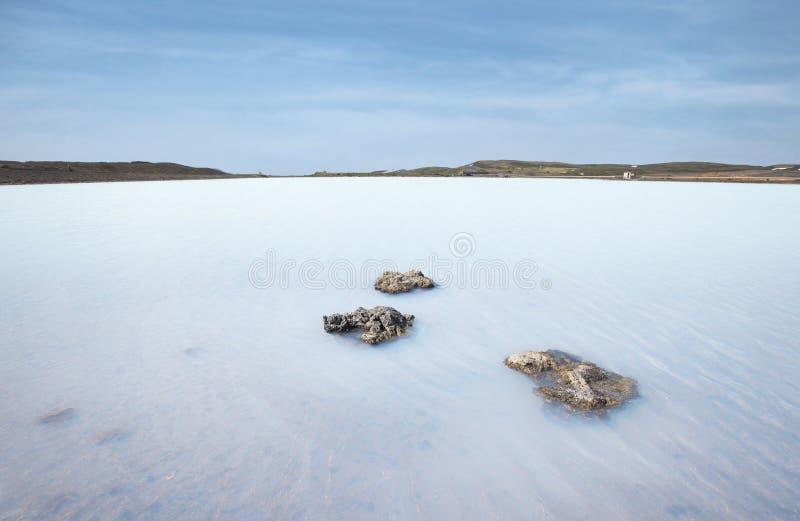 Mały błękitny geotermiczny jezioro w północy Iceland zdjęcia stock