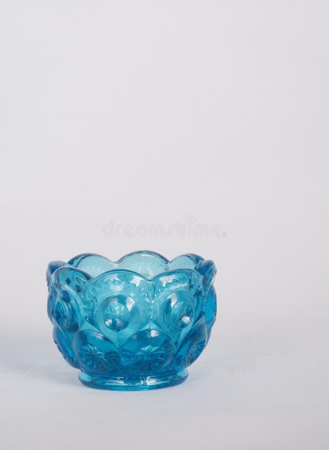 Mały błękitny szklany puchar na bielu fotografia royalty free