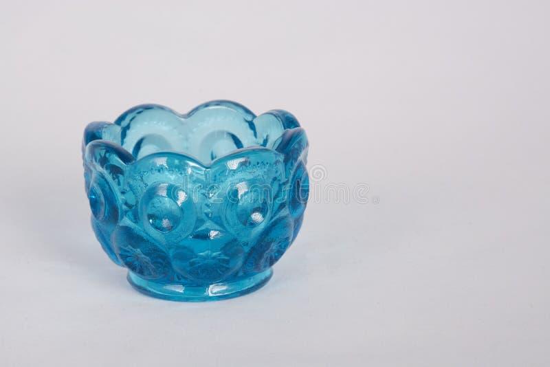 Mały błękitny szklany puchar na bielu obraz stock