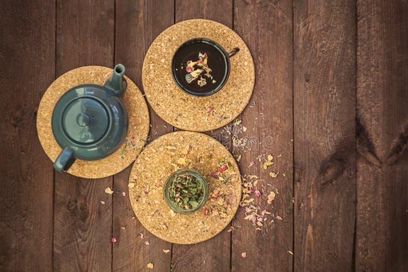 Mały błękitny teapot, kubek herbata, i suszymy ziołowej herbaty na drewnianym tle jako depresji wydajny ziołowy hypericum właśnie obraz stock
