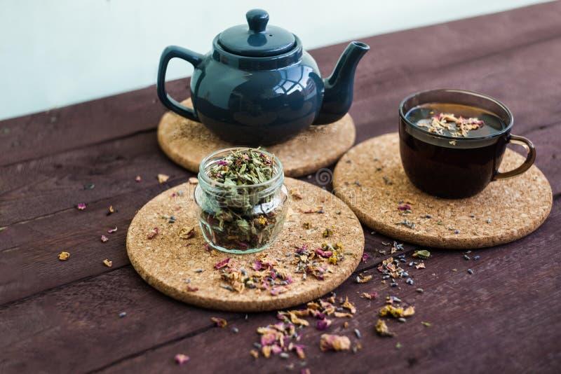 Mały błękitny teapot, kubek herbata, i suszymy ziołowej herbaty na drewnianym tle jako depresji wydajny ziołowy hypericum właśnie zdjęcie royalty free