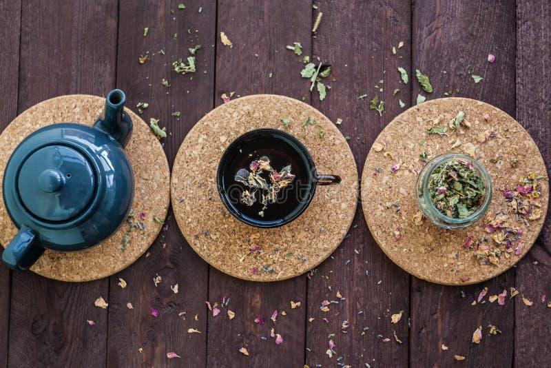 Mały błękitny teapot, kubek herbata, i suszymy ziołowej herbaty na drewnianym tle jako depresji wydajny ziołowy hypericum właśnie obraz royalty free
