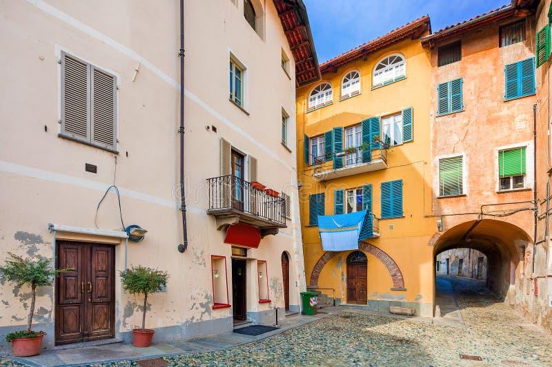 Mały backstreet i kolorowi domy w Włochy obrazy royalty free