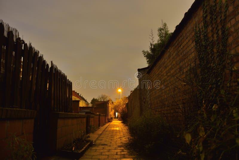 Mały backstreet w nocy obrazy stock