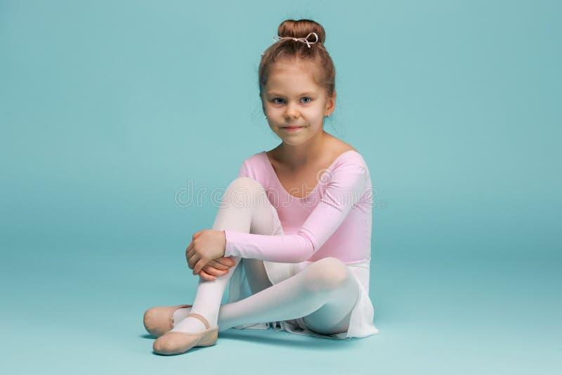 Mały balerina tancerz na błękitnym tle fotografia royalty free