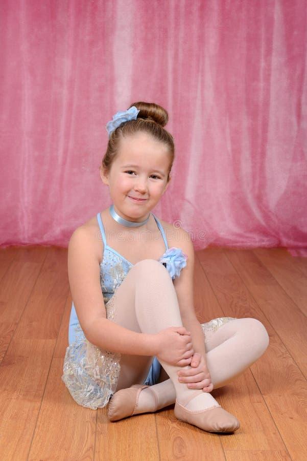 Mały baleriny dziewczyny obsiadanie na scenie obrazy royalty free
