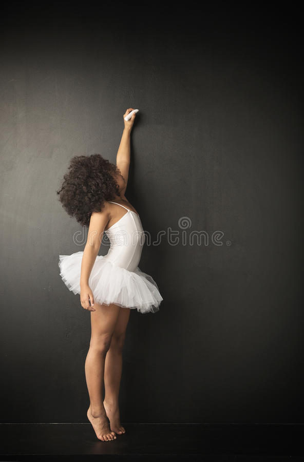 Mały baletniczy tancerz robi rysunkom zdjęcie stock
