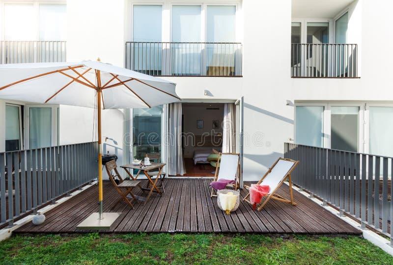 Mały balkon w kompleksie apartamentów fotografia stock
