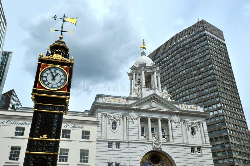 Mały Ben jest lanej żelazo miniatury zegarowym wierza, obubrzeżnym przy skrzyżowaniem Vauxhall mostu droga i Wiktoria ulica w zac obraz royalty free