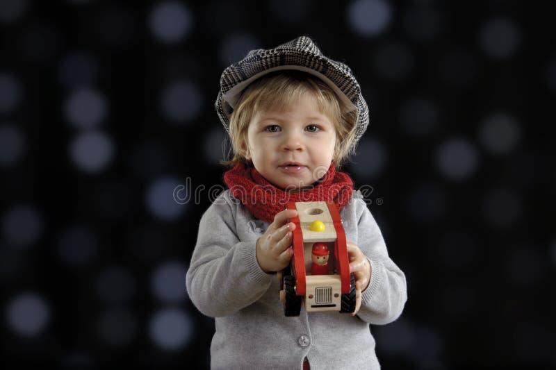 Mały berbeć bawić się z drewnianymi samochodami obrazy royalty free