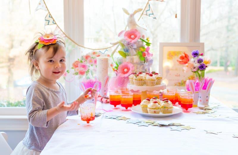 Mały berbeć dziewczyny łasowania deser zdjęcia royalty free