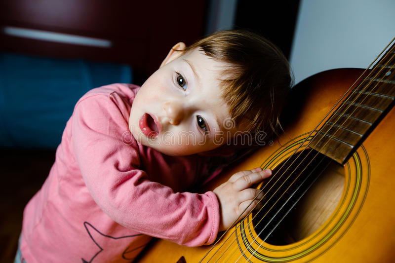 Mały berbecia słuchanie dźwięk gitara fotografia royalty free