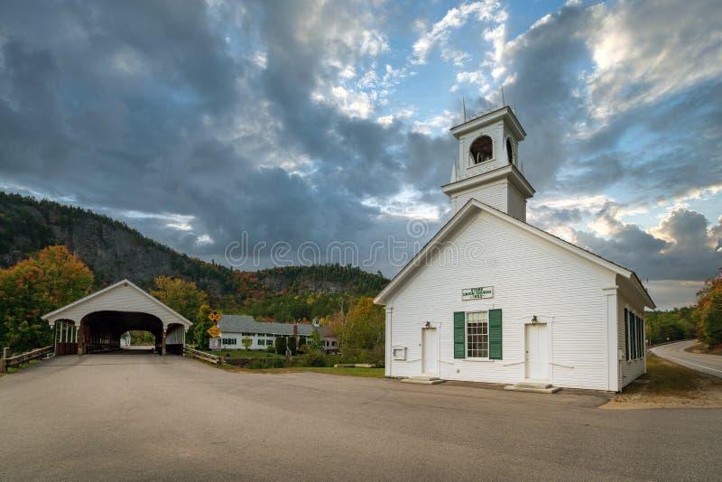 Mały biały budynek kościoła i kryty most w miejscowości Stark, New Hampshire zdjęcie royalty free
