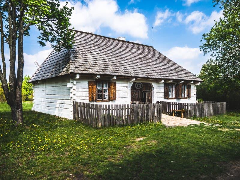 Mały biały drewniany dom w wsi obraz stock