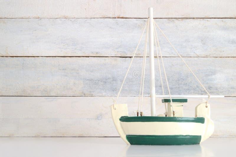 Mały biały i zielony drewniany łódź model obrazy stock