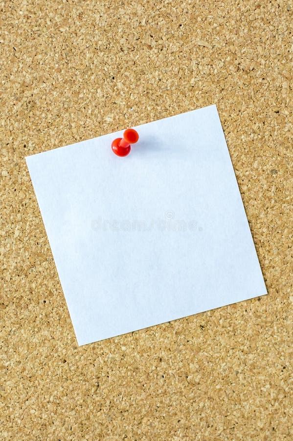 Mały biały kawałek papieru na szpilki desce jako szablon zdjęcie royalty free
