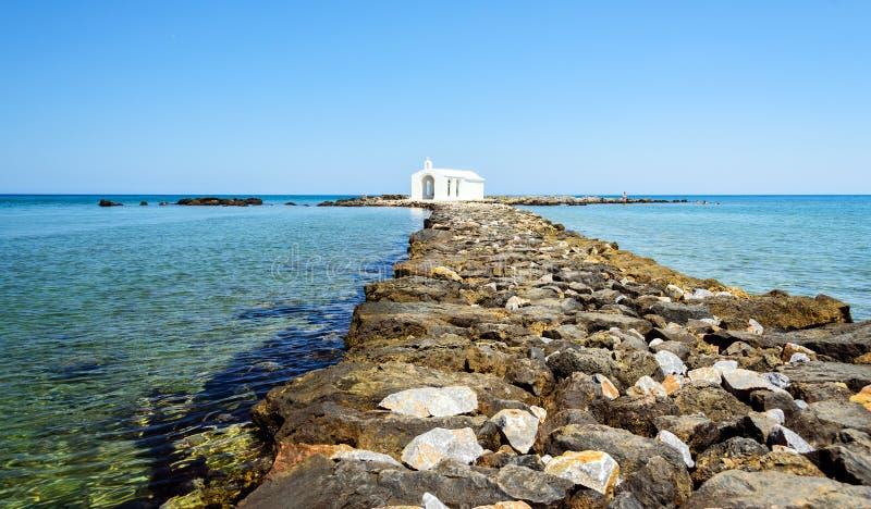 Mały biały kościół w morzu blisko Georgioupolis miasteczka na Crete wyspie zdjęcie stock