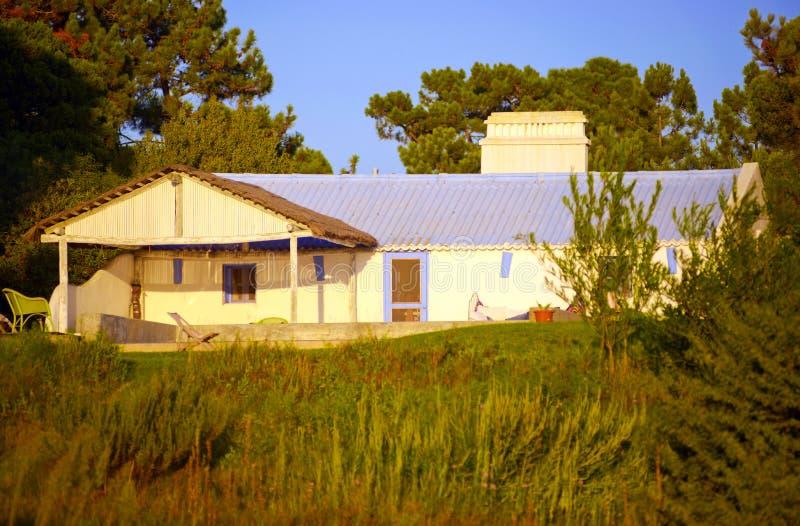 Mały bielu dom z purpura dachem, Typowy Portugalia Południowy budynek, podróż Europa obrazy royalty free