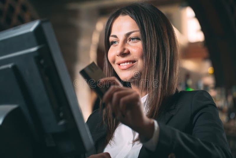 Mały biznes, ludzie i usługowy pojęcie, - szczęśliwa kobieta, kelner lub kierownik w fartuchu przy kontuarem z cashbox fotografia royalty free