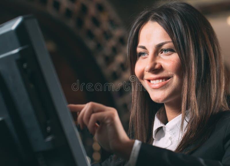 Mały biznes, ludzie i usługowy pojęcie, - szczęśliwa kobieta, kelner lub kierownik w fartuchu przy kontuarem z cashbox zdjęcie royalty free