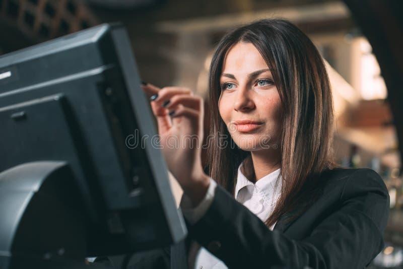 Mały biznes, ludzie i usługowy pojęcie, - szczęśliwa kobieta, kelner lub kierownik w fartuchu przy kontuarem z cashbox obraz royalty free