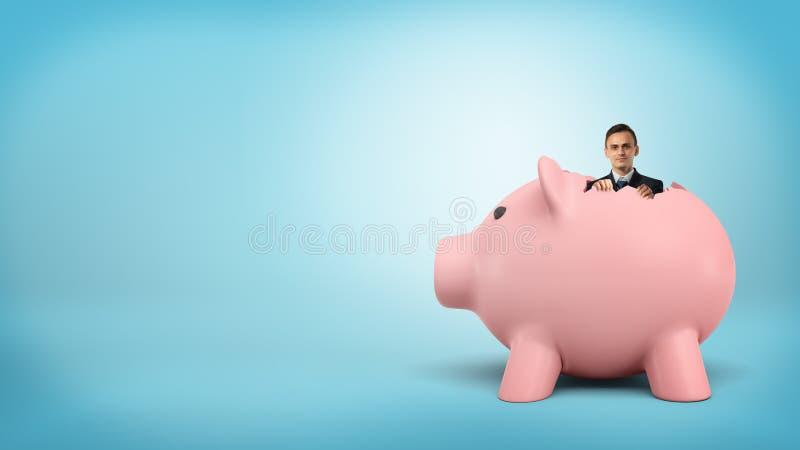 Mały biznesmen wtyka out jego z wewnątrz wielkiego prosiątko banka głowa zdjęcia royalty free