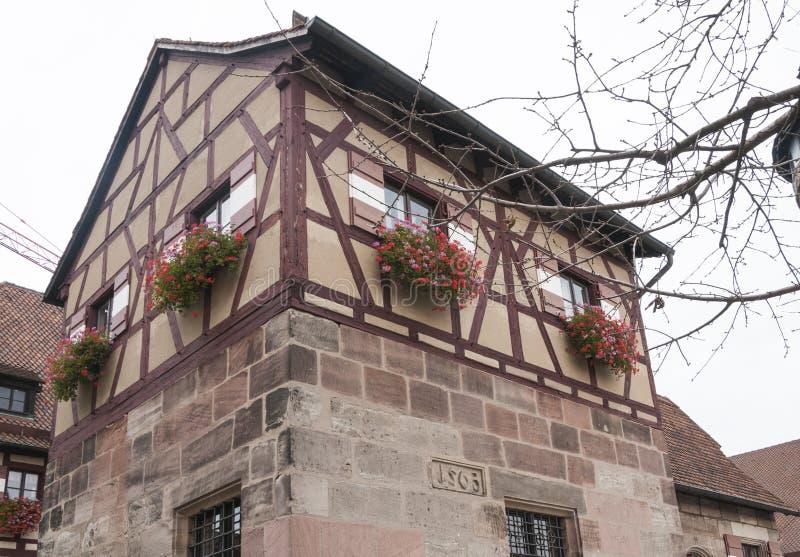 Mały budynek z nadokiennymi pudełkami w Nuremberg kasztelu obraz stock
