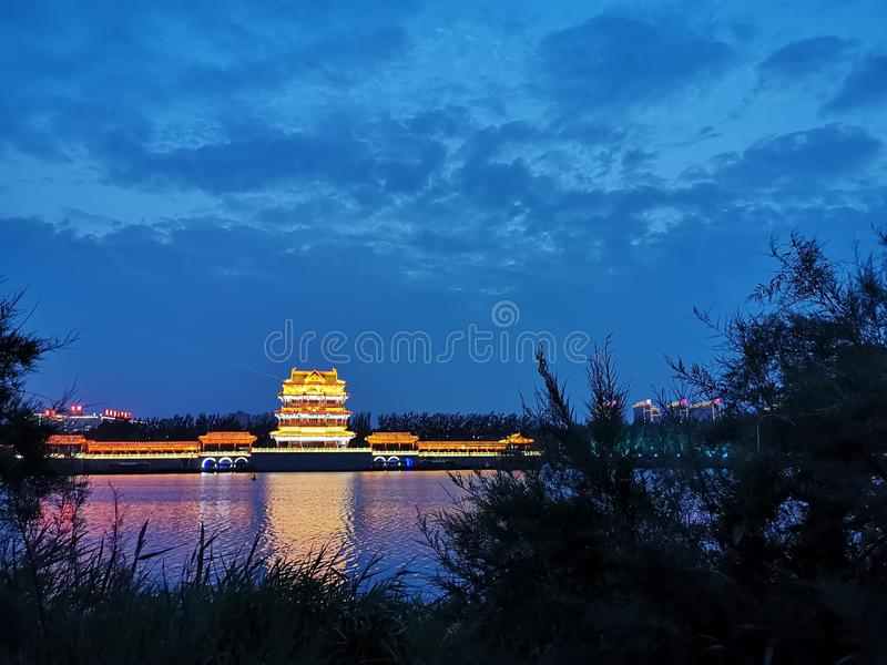 Mały budynku jezioro, trawa pod nocy sceneï ¼ ˆ2ï ¼ ‰ i zdjęcie royalty free