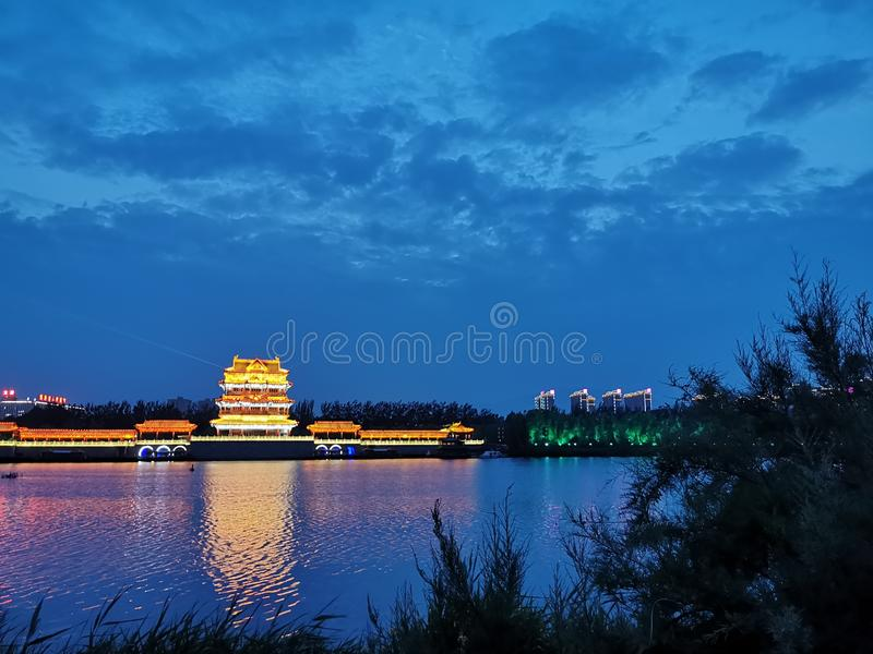 Mały budynku jezioro, trawa pod nocy sceneï ¼ ˆ3ï ¼ ‰ i zdjęcie royalty free