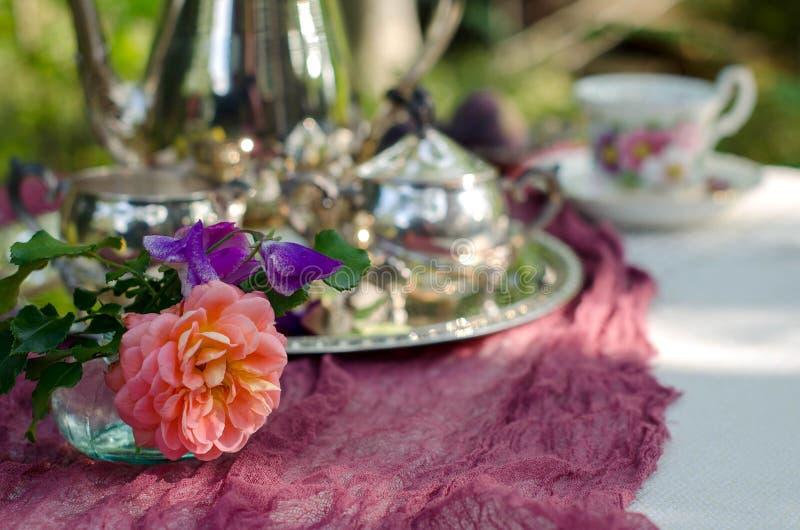 Mały bukiet na stole w ogródzie zdjęcia royalty free