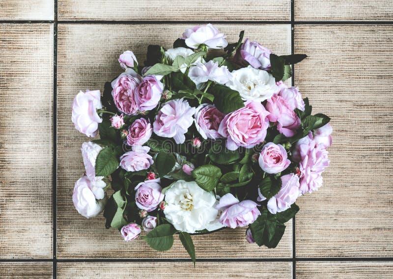 Mały bukiet różowe róże w wazie na podłoga zdjęcia stock