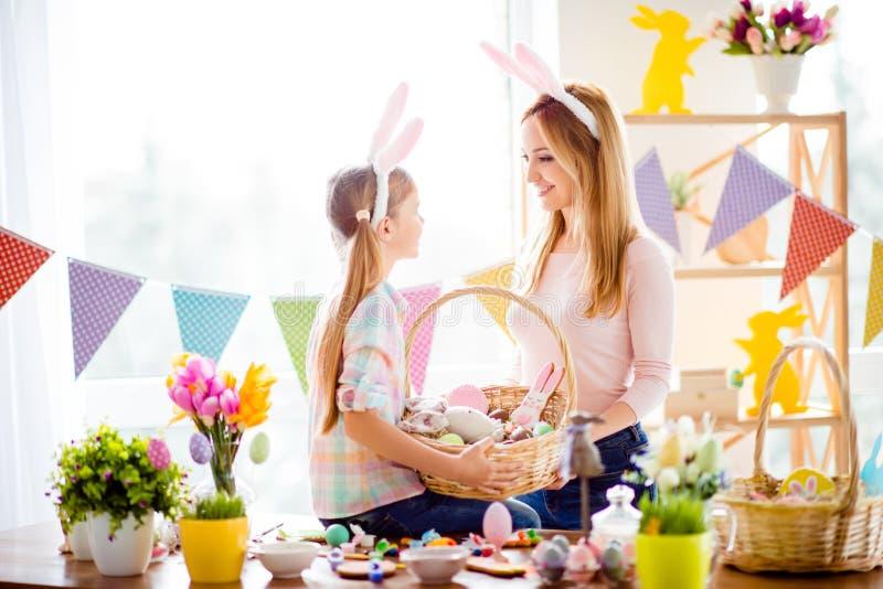 Mały córki obsiadanie na stole z kolorowymi dekoracjami, tuli zdjęcie royalty free