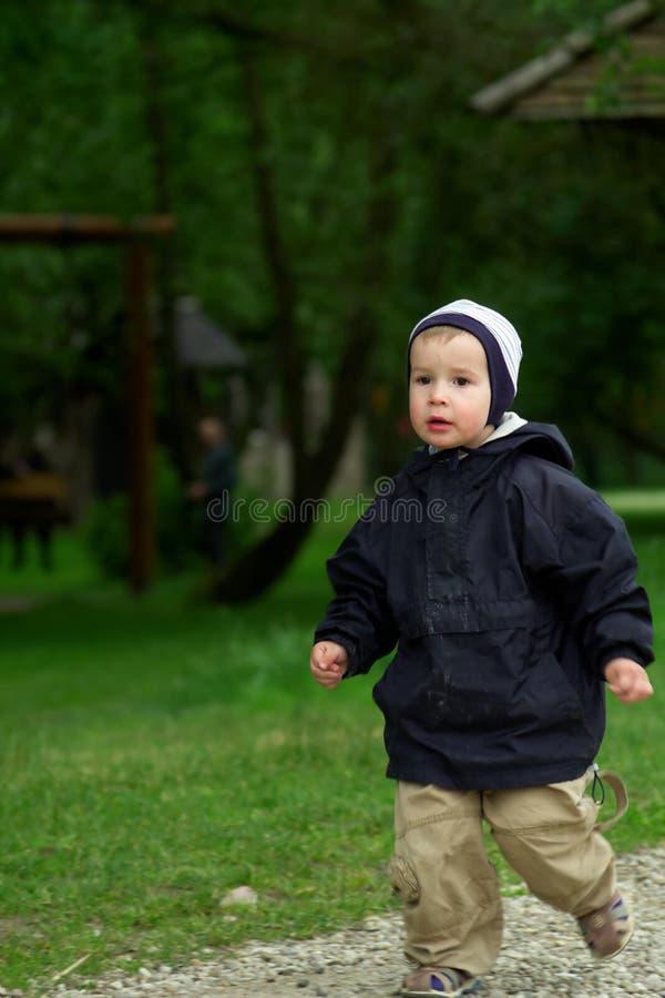 mały chłopiec bieg zdjęcia stock
