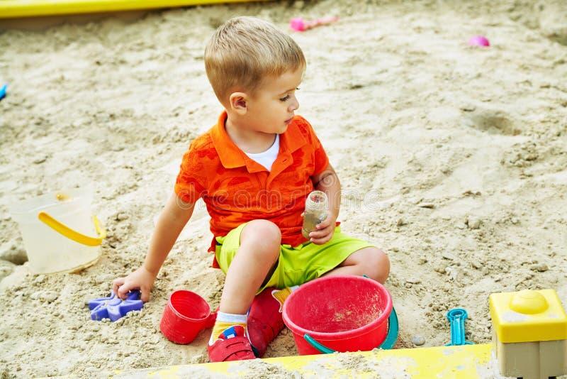 mały chłopiec boisko bawić się dziecka w piaskownicie fotografia stock