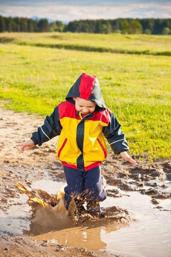 mały chłopiec doskakiwanie zdjęcia stock