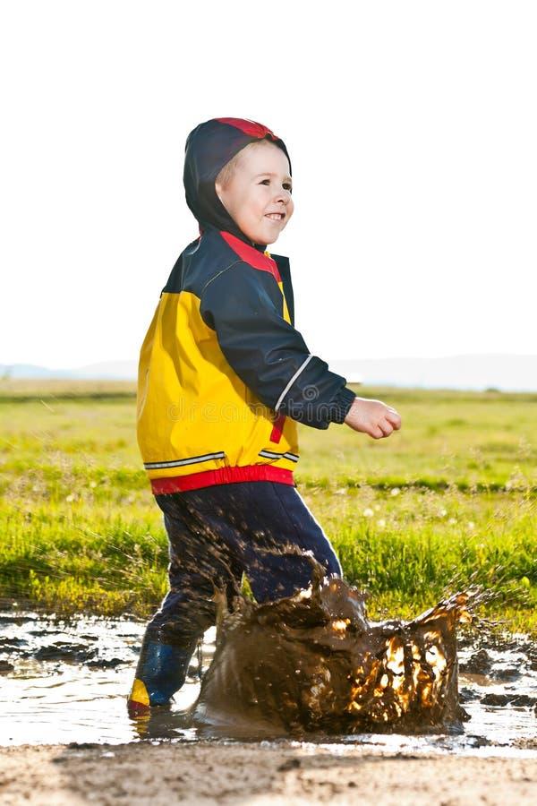 mały chłopiec doskakiwanie zdjęcie royalty free
