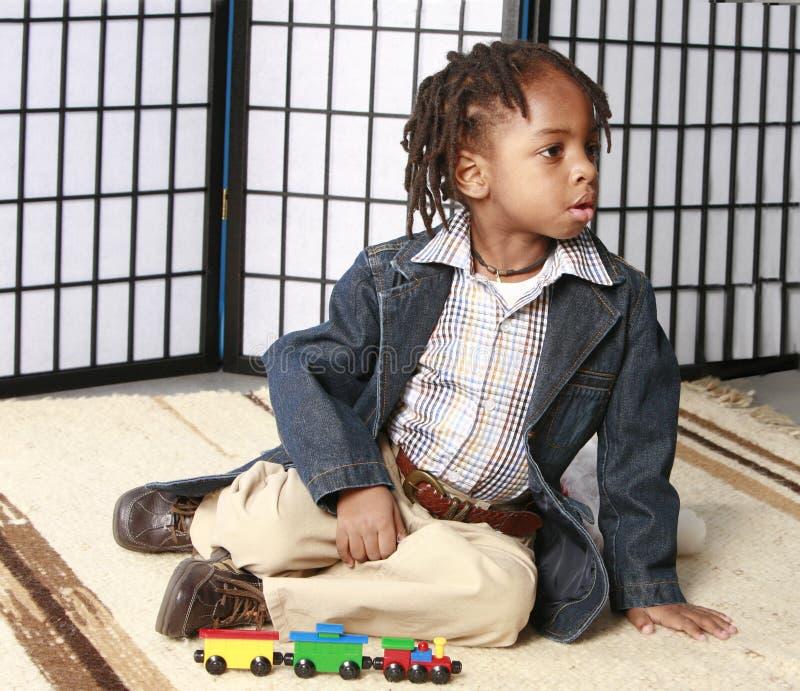 mały chłopiec grać obraz stock