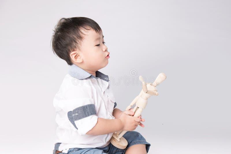 mały chłopiec manikin bawić się drewnianego obraz royalty free