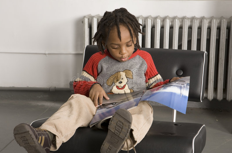 mały chłopiec odczyt obraz stock