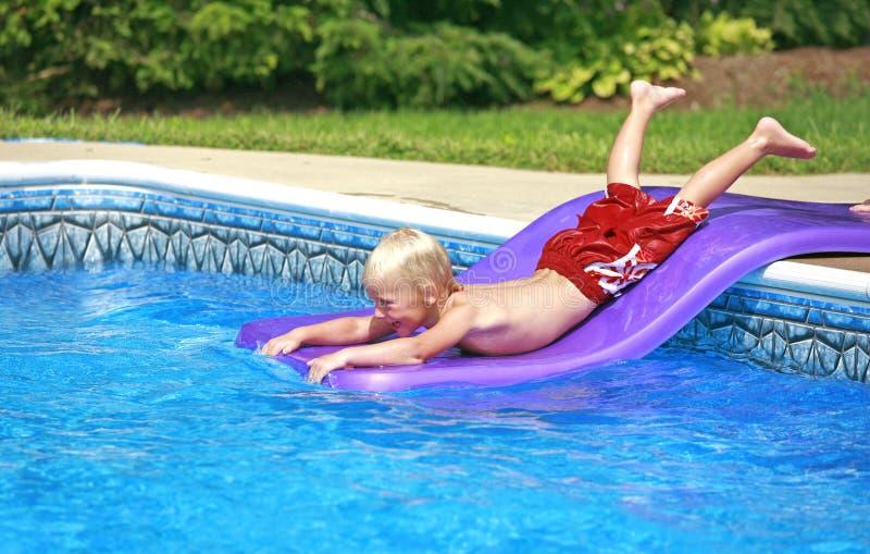 mały chłopiec odgrywa basenu zdjęcia stock