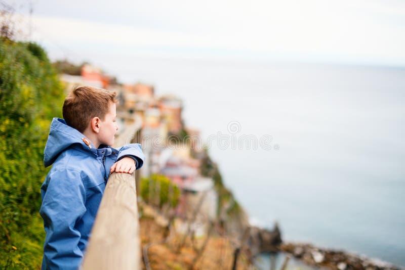 Mały chłopiec odwiedzający Włochy obraz stock