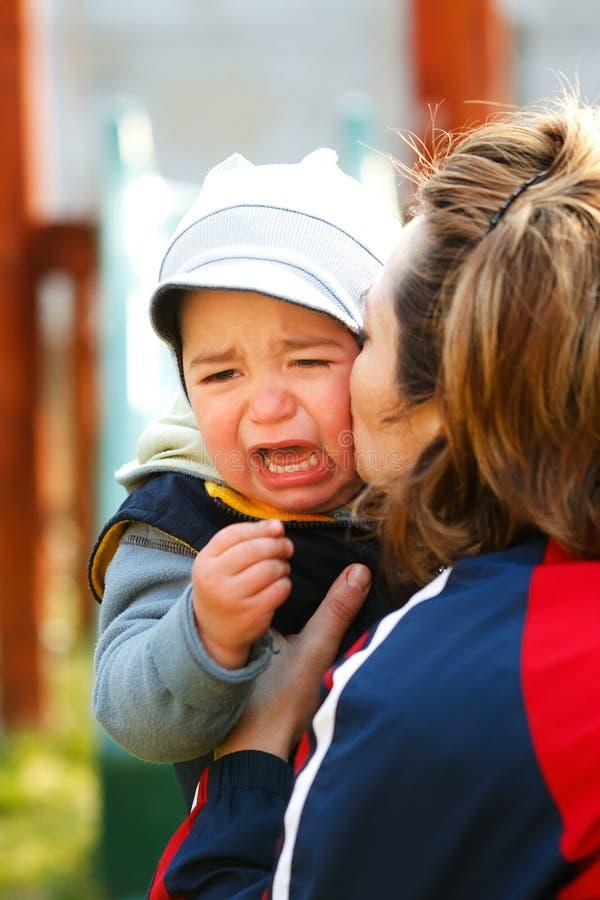 mały chłopiec płacz zdjęcia royalty free