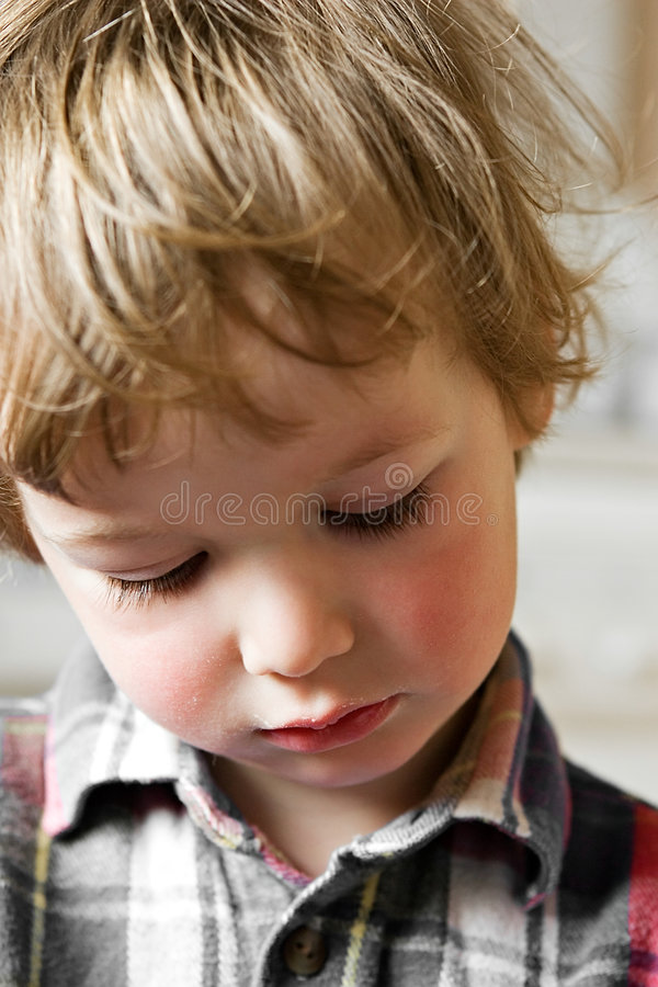mały chłopiec smutek. zdjęcie royalty free