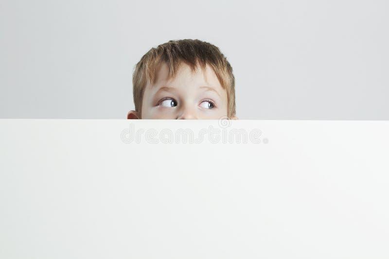 mały chłopiec zabawne, kochanie tu twój tekst obraz stock