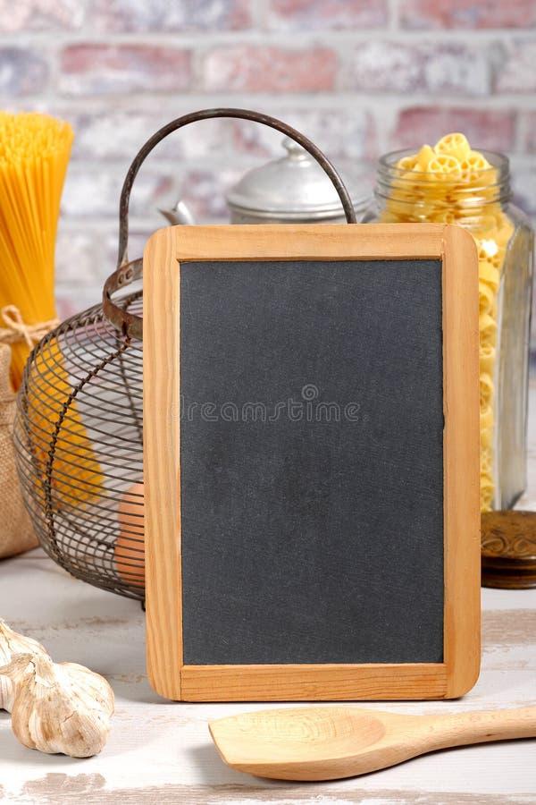 Mały chalkboard z makaronem w tle zdjęcia royalty free