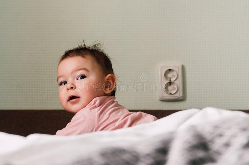 Mały child& x27; s ręka bawić się z władzy nasadką fotografia royalty free