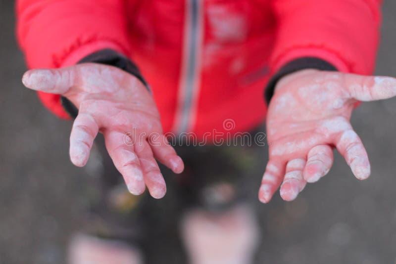 mały children& x27; s ręk brudne ręki szeroko rozpościerać wierzchołek na asfaltowym tle zdjęcia stock