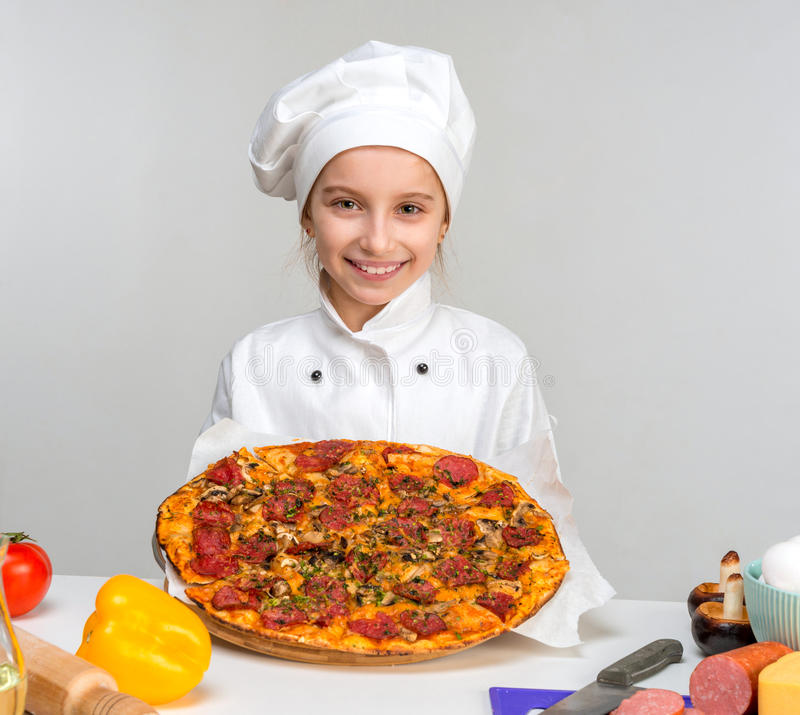 Mały Cook z pizzą w rękach obrazy royalty free
