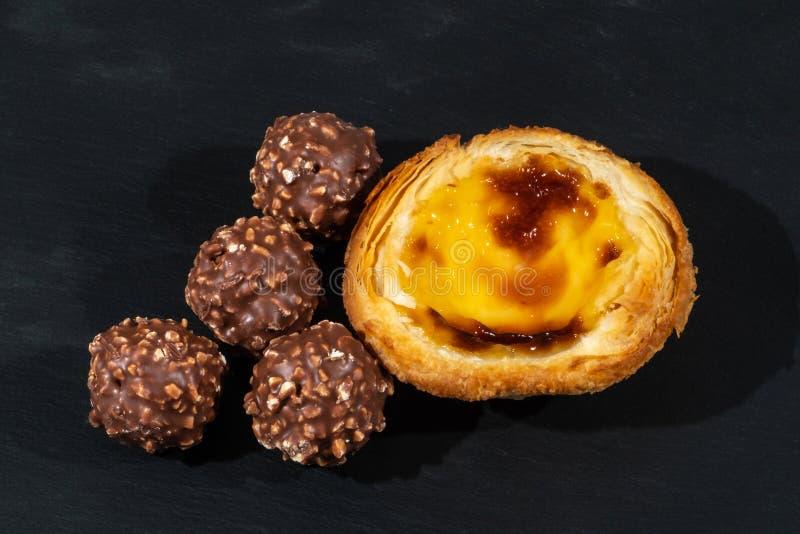 Mały cytryny Custard kulebiak słuzyć z Cztery Niegrzecznymi Czekoladowymi lody piłkami obraz royalty free
